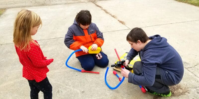 kids building stomp rockets toy
